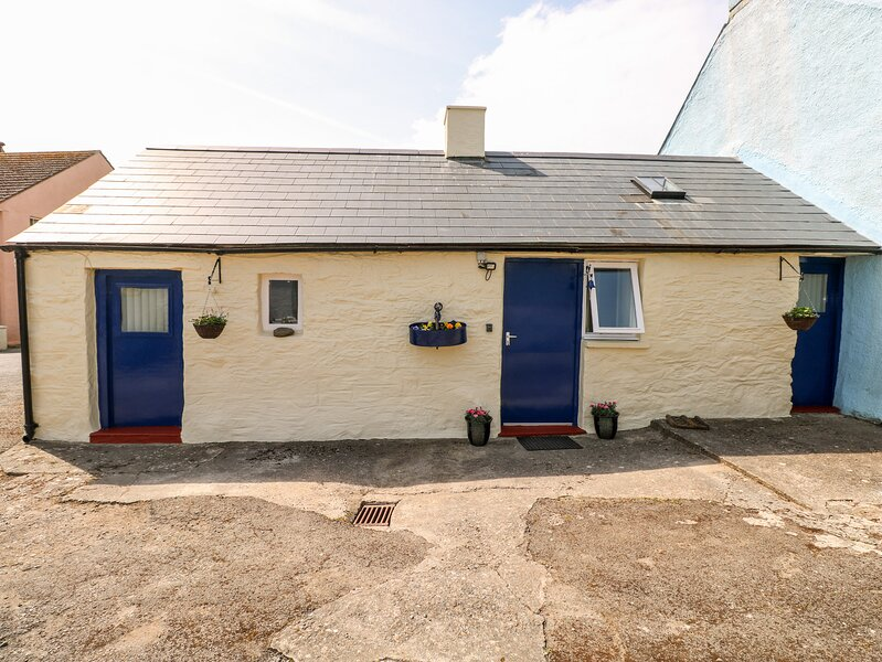 FFYNNON TOM, romantic retreat, exposed character beams, king-size bed, in, vacation rental in Trefin