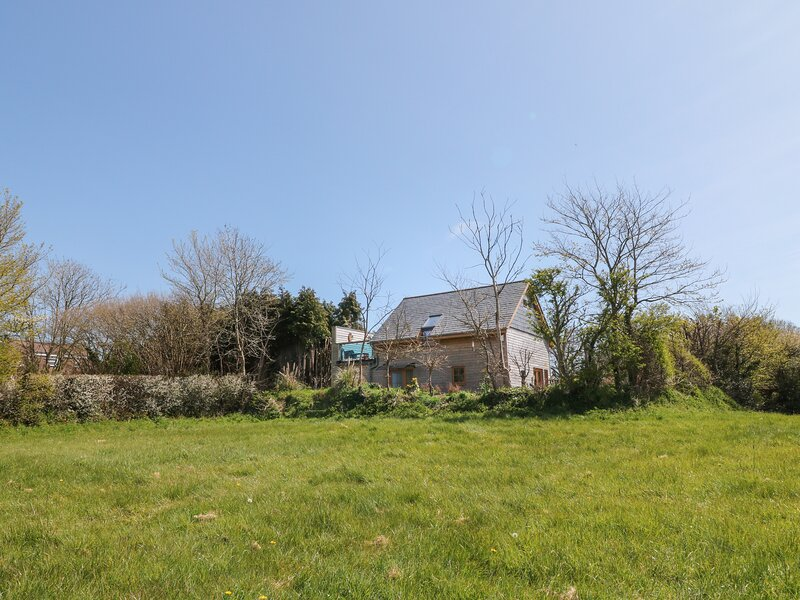 NORTHLANDS COUNTRY COTTAGE, luxury interior, roof terrace with hot tub, aluguéis de temporada em Yealmpton