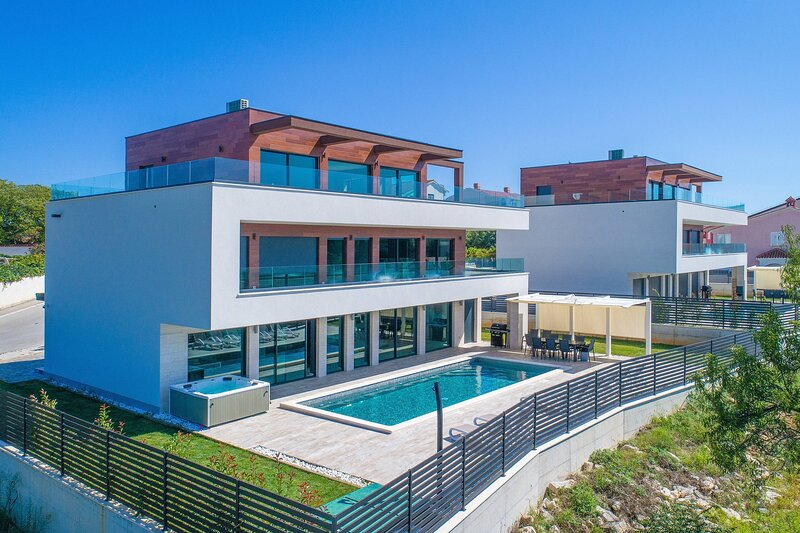 Villa Eligo with 2 hot tubs, gym and a pool, holiday rental in Premantura