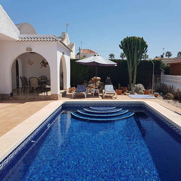 Luxury Villa with Private Pool, Ferienwohnung in Los Alcazares