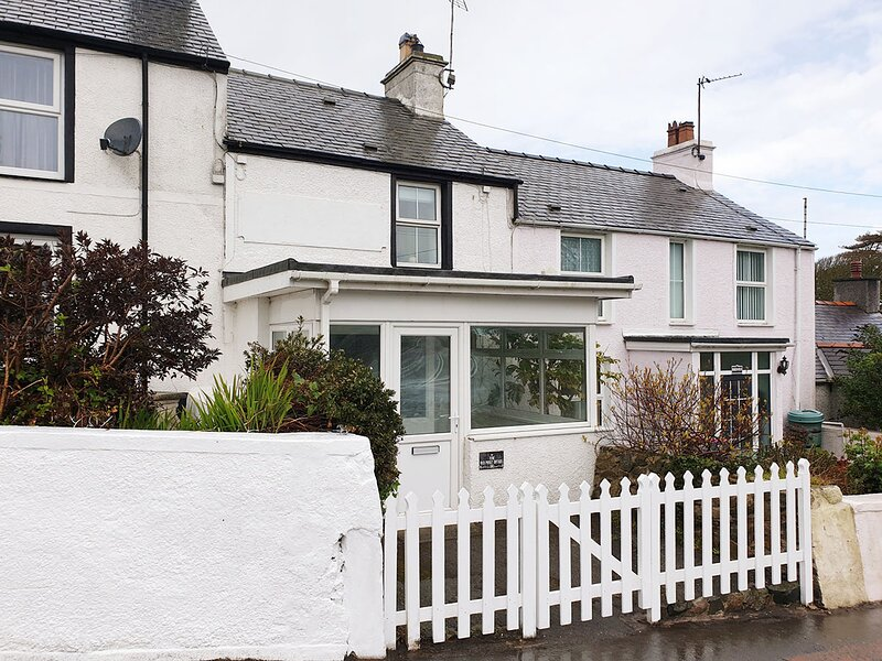 Stylish Luxury Renovated Cottage near Rhosneigr sleeps 7 with private garden, location de vacances à Llanfaelog