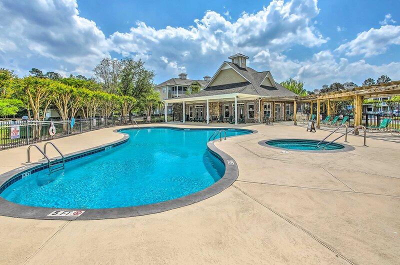 Updated Condo: Golf & Indoor/Outdoor Pool Access, alquiler de vacaciones en Calabash