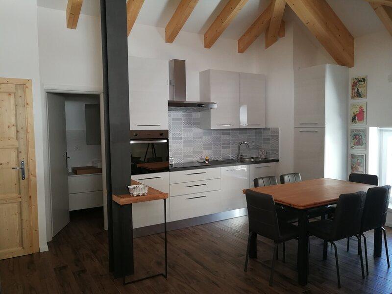 Casa Carmen Appartamento 6 posti letto con giardino., holiday rental in Mezzolago