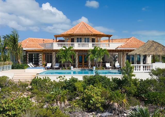 Incredible, Oceanfront Villa with magnificent infinity pool, and hot tub!, holiday rental in Turtle Cove