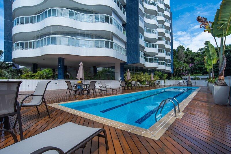 Apto com piscina aquecida e Wi-Fi em Riviera, alquiler de vacaciones en Bertioga