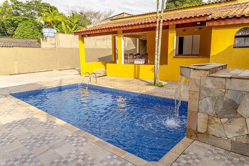 Casa em Itanhaém c Wi-Fi, piscina e churrasqueira, holiday rental in Itariri