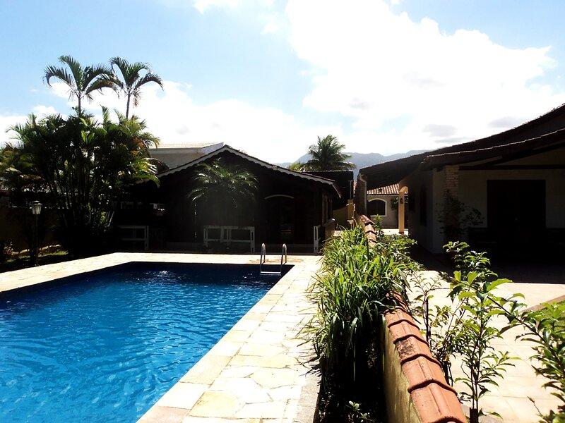 Casa em condomínio fechado com lazer em Bertioga, holiday rental in Barra do Una
