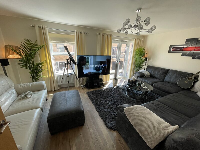 Remarkable Super King Size 2-Bed House in Mitcham, vacation rental in Ewell