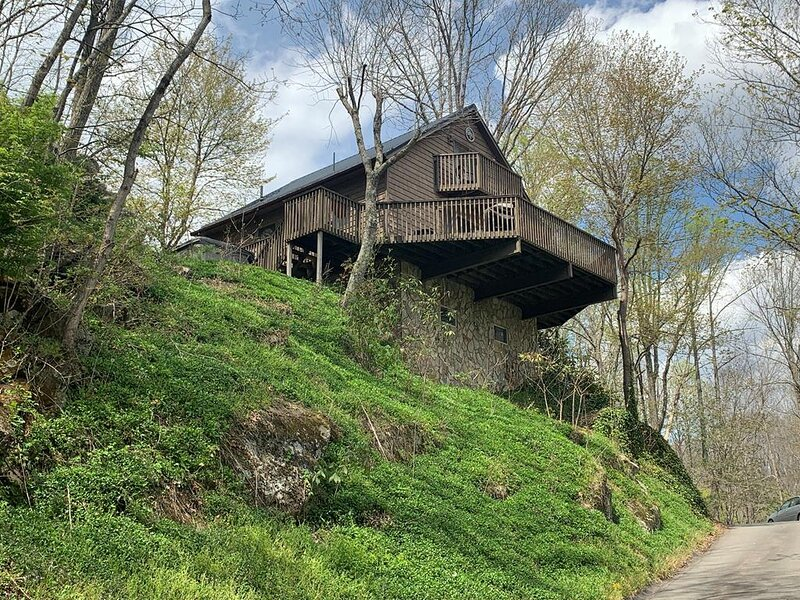 River Get-A-Way- Cabin on River/ Hot Tub, Pet Friendly, Fireplace, Paved Access, casa vacanza a West Jefferson