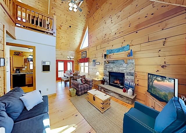 Spacious Cabin | Vast Mountain Views, Hot Tub, Game Area | Walk to Skiing, holiday rental in Flag Pond