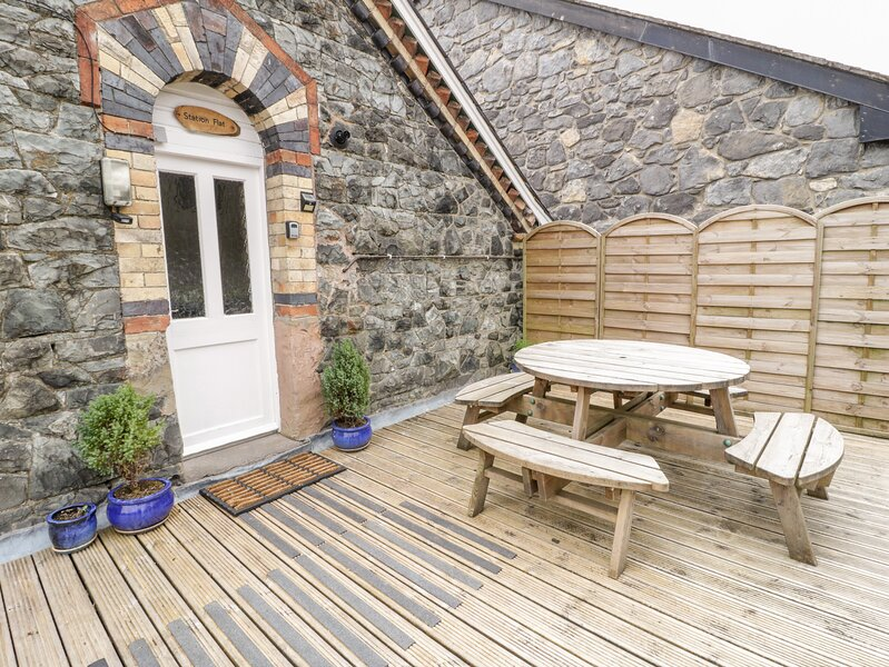 STATION FLAT, sleeps 8, decked balcony, village centre location in, vacation rental in Betws-y-Coed