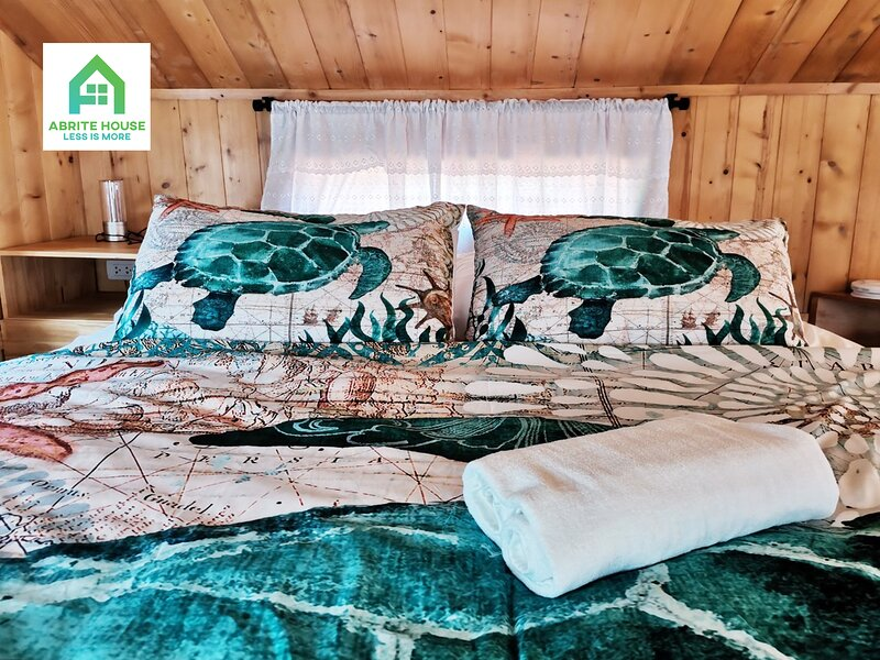 Tiny house on Koh Lanta only 2 minutes walk to the beach, holiday rental in Ban Sala Dan