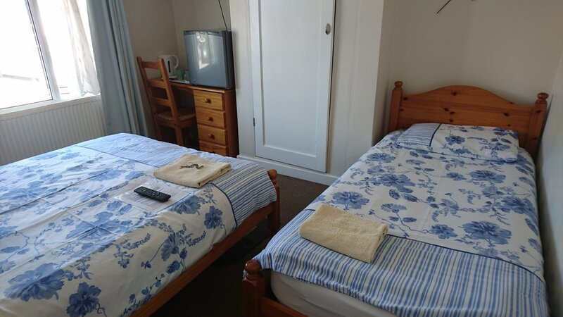 Comfortable Family room with Tv, Free Fast Wifi, Sleeps 4 with 1 Bunk Bed, holiday rental in Harmondsworth