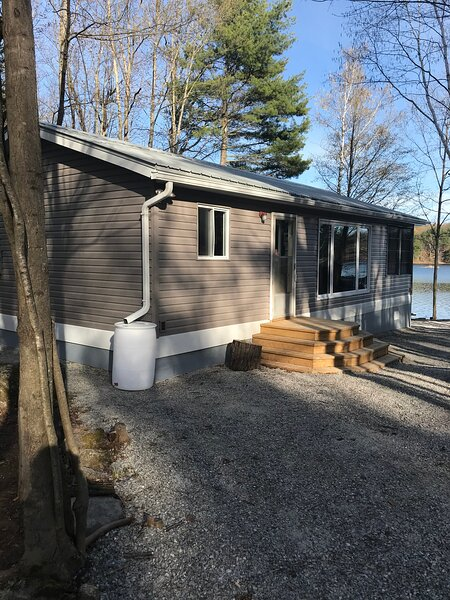 Quiet Lakefront Rental Property, vacation rental in Rideau Lakes