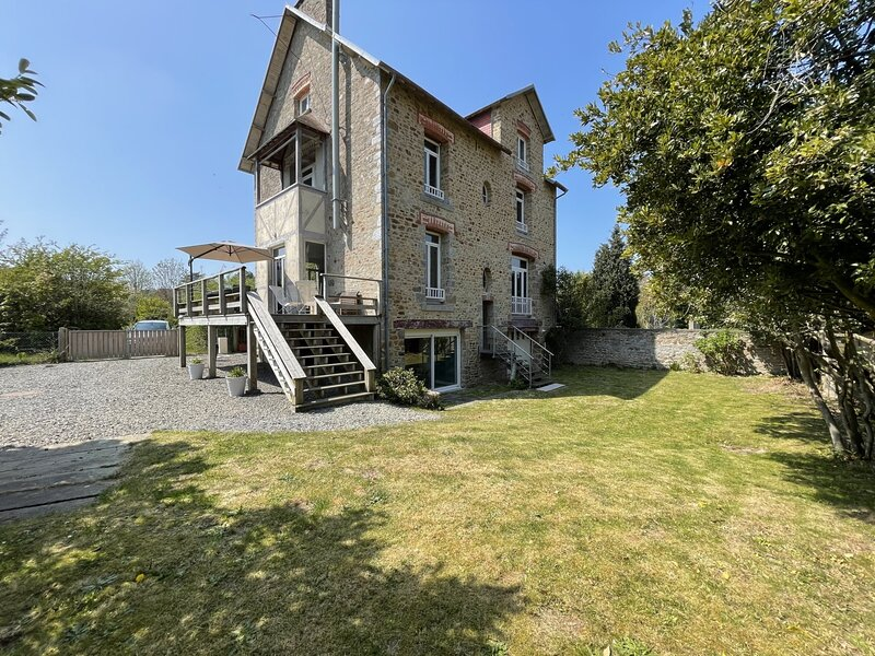 Superbe villa style années 30 avec terrasse et jardin clos, holiday rental in Champeaux