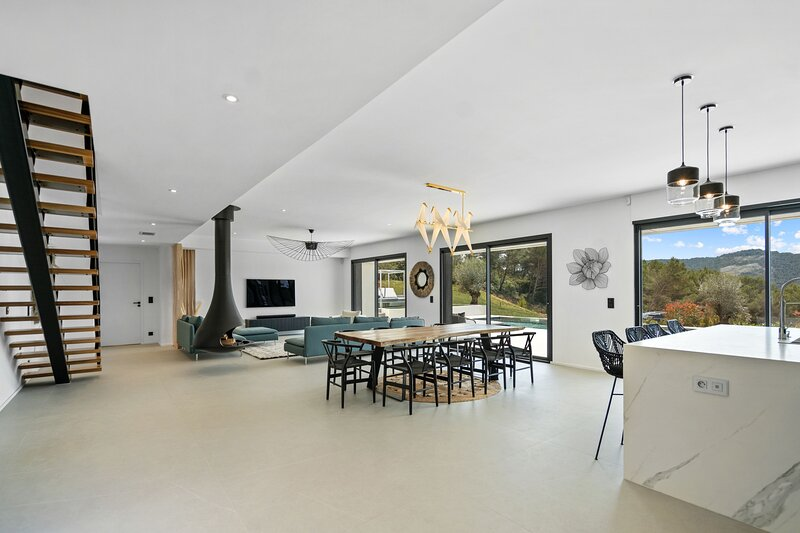 Villa d'Architecte avec Piscine Chauffée proche Aix-en-Provence, holiday rental in Le Tholonet