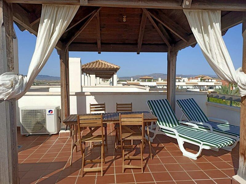 Disfruta del sol y los atardeceres en nuestra terraza privada con vistas al mar y la montaña.