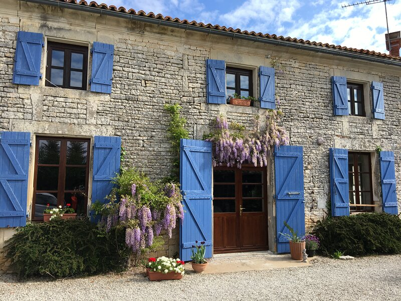 Chic Charentaise Cottage, holiday rental in Jauldes