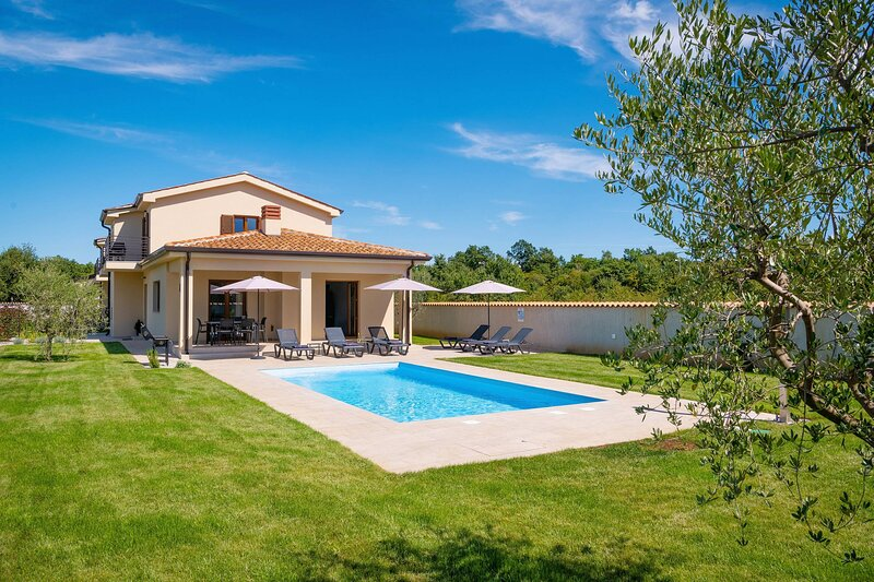 Holiday House Luca with pool, location de vacances à Antonci