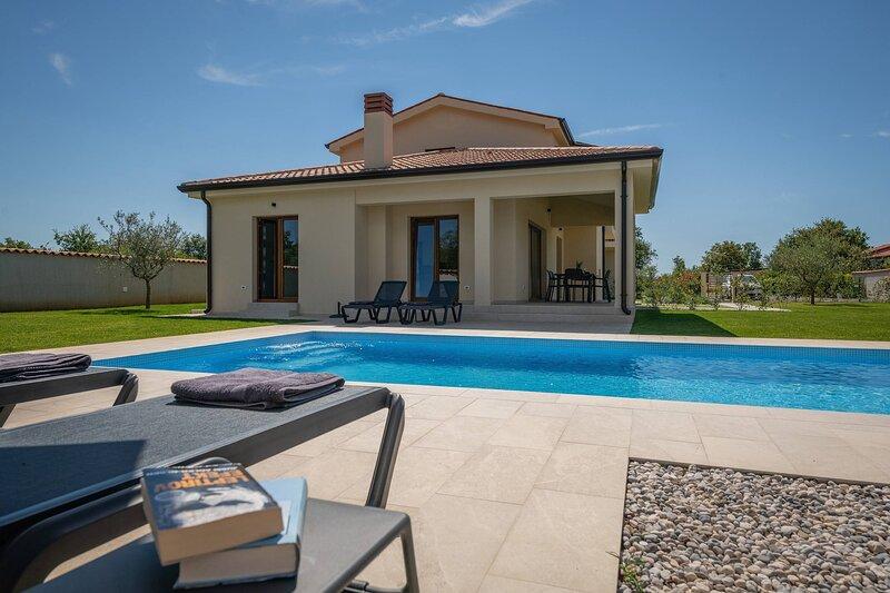 Holiday House Evida with pool, location de vacances à Antonci