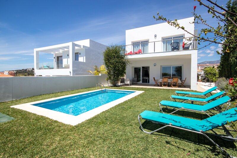Modern 3 bed villa with private pool, El Faro Mijas Costa, vacation rental in El Faro