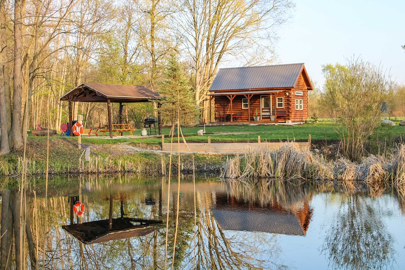 NEW! Quiet Cabin w/ Grill, Pond + Walking Trails!, holiday rental in New Carlisle