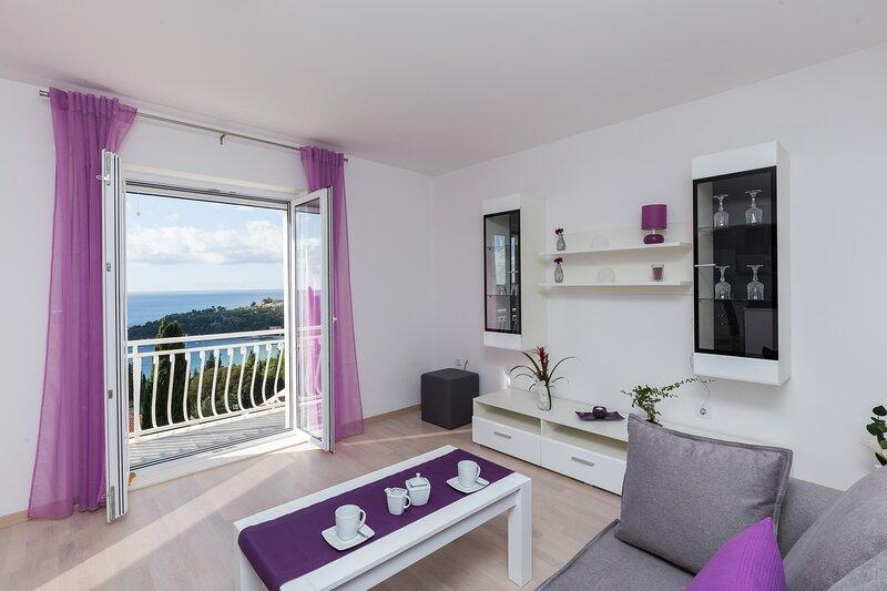 Villa Enzian - Comfort Two Bedroom Apartment with Balcony and Sea View, location de vacances à Srebreno