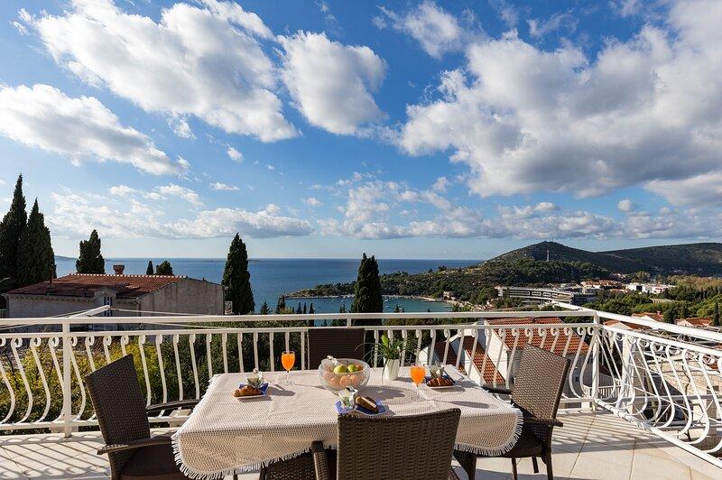 Villa Enzian - Standard Two Bedroom Apartment with Terrace and Sea View, location de vacances à Srebreno