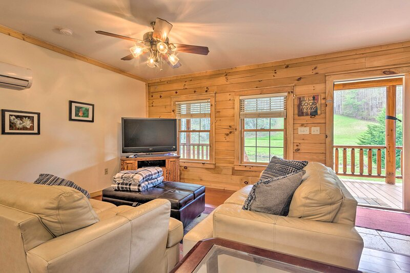 NEW! Riverfront Marshall Escape w/ Mountain Views!, casa vacanza a Hot Springs