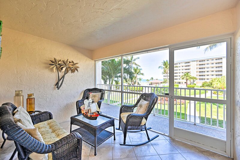 NEW! Oceanfront Bonita Beach Condo w/ Pool Access!, holiday rental in Survey Creek