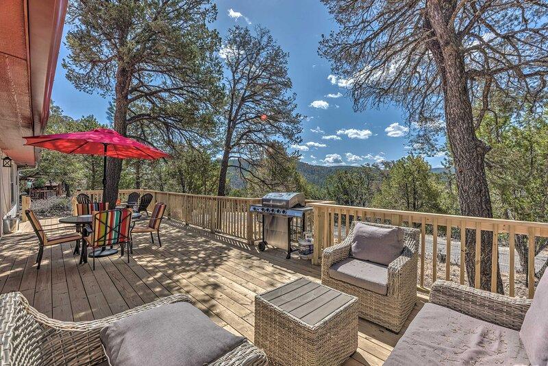 NEW! Charming Ruidoso House w/ Deck & Mtn Views!, vacation rental in Ruidoso Downs