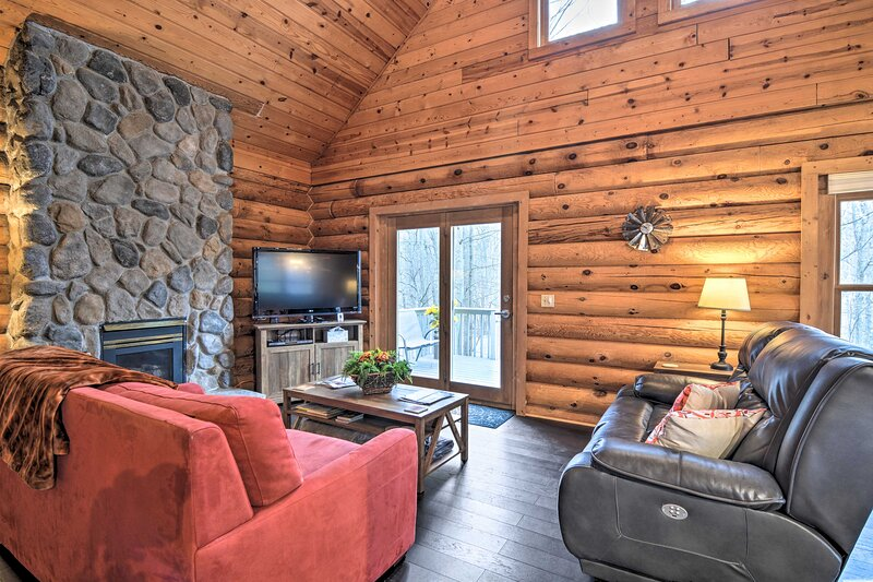 NEW! Secluded Gaylord Cabin with Deck & Gas Grill!, alquiler vacacional en Lewiston