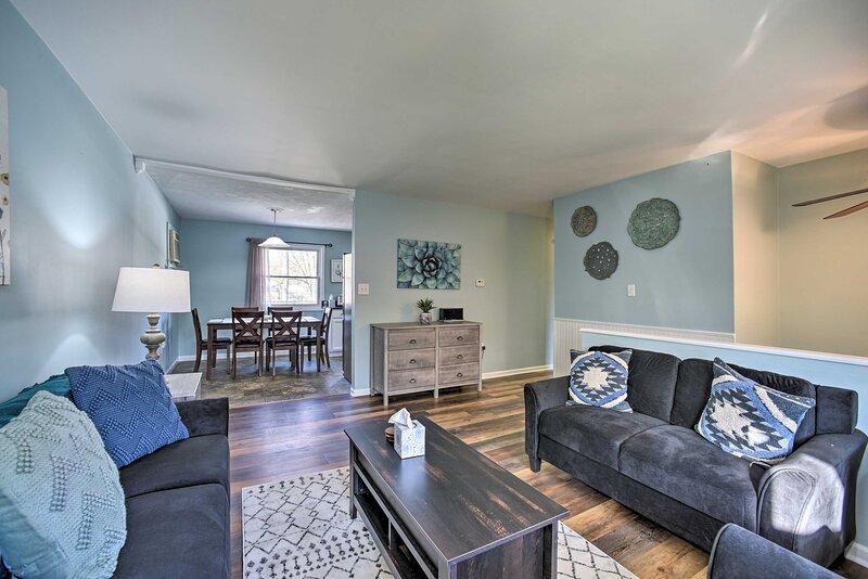 NEW! Cozy Saratoga Springs Home w/ Pool & Fire Pit, location de vacances à Clifton Park