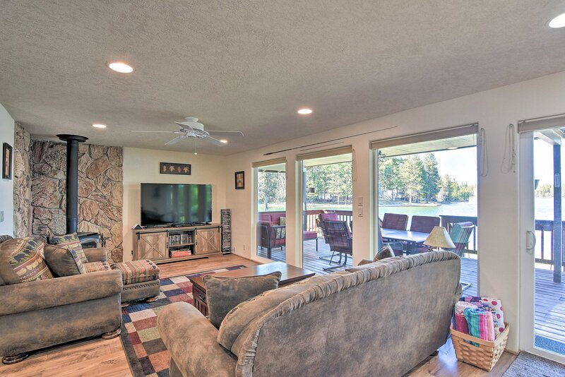House w/ Private Deck on the Rock Creek Reservoir!, casa vacanza a Tygh Valley