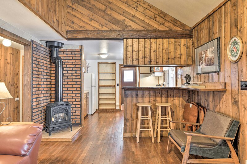 NEW! Cozy Log Cabin Escape In the Heart of Creede!, holiday rental in Creede