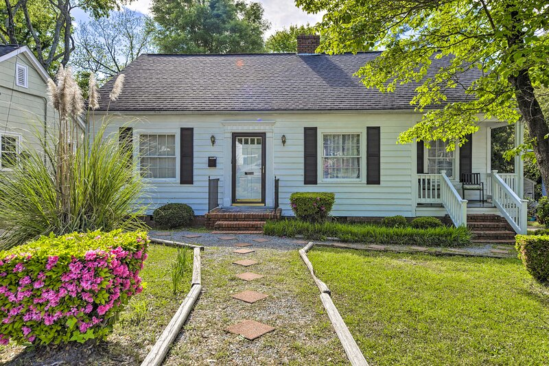 NEW! Charming Cottage w/ Yard < 2 Mi to Downtown!, casa vacanza a Fayetteville