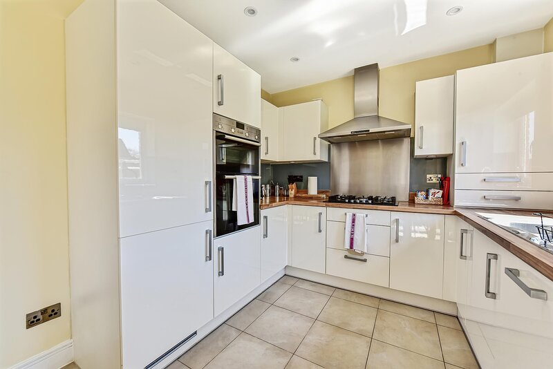 Heathrow Living Holywell Serviced House C up to 9 beds, holiday rental in Harmondsworth