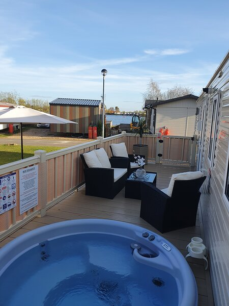 Relaxing  Breaks with Hot Tub   at  Tattershall  lakes  Park   3 Bedroom, holiday rental in South Kyme