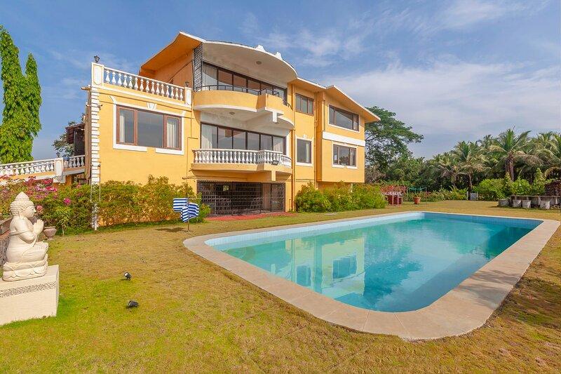 Jaune Villa by Vista Rooms, holiday rental in Alibaug