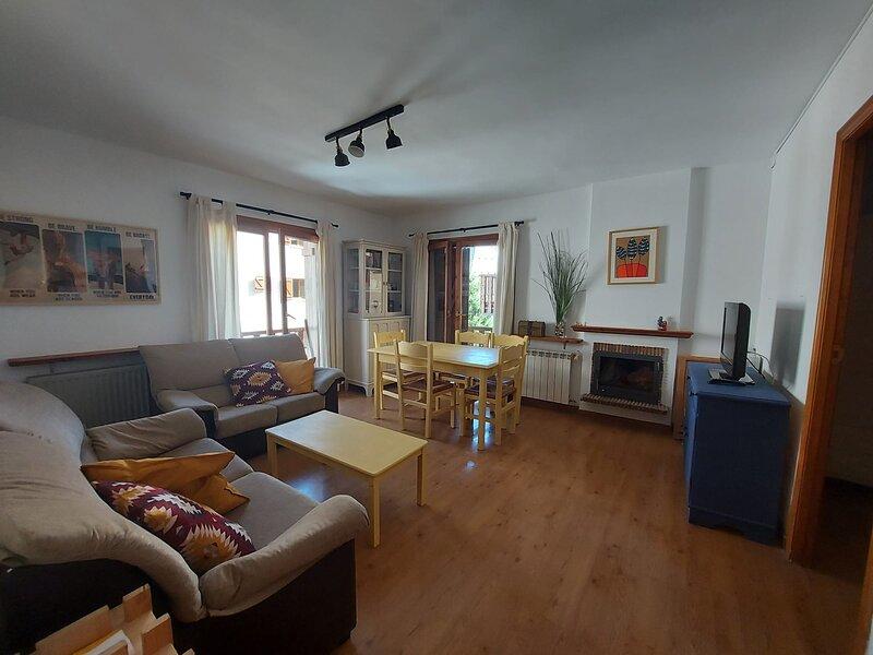 Bonito/céntrico apartamento con garaje en Sallent, holiday rental in Sallent de Gallego