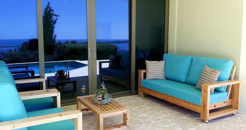Villa Natura Corfu - Luxury 1 bedroom villa with pool & endless sea &lake views, alquiler vacacional en Halikounas
