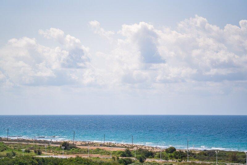 Bright Sunny Holiday Home with Sea Views, aluguéis de temporada em Ben Ami