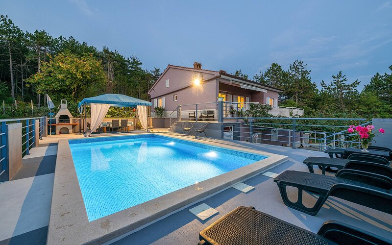 Holiday House Grace with pool, aluguéis de temporada em Hum