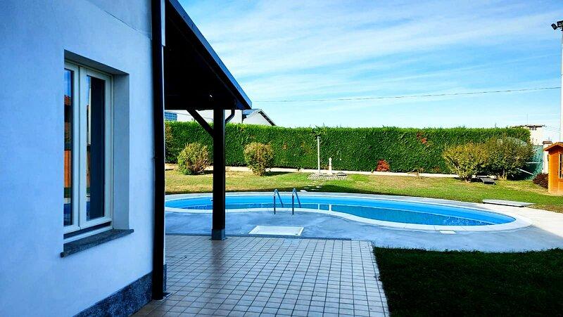 Tre appartamenti vacanze finemente ristrutturati immersi nel verde del giardino, location de vacances à Tigliole
