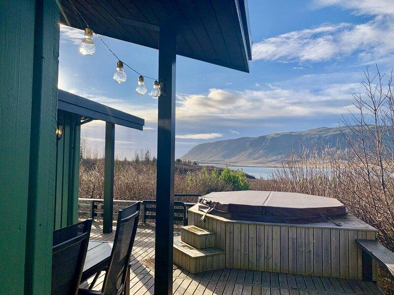 Lake house with hot tub- private!, aluguéis de temporada em Eyrarbakki