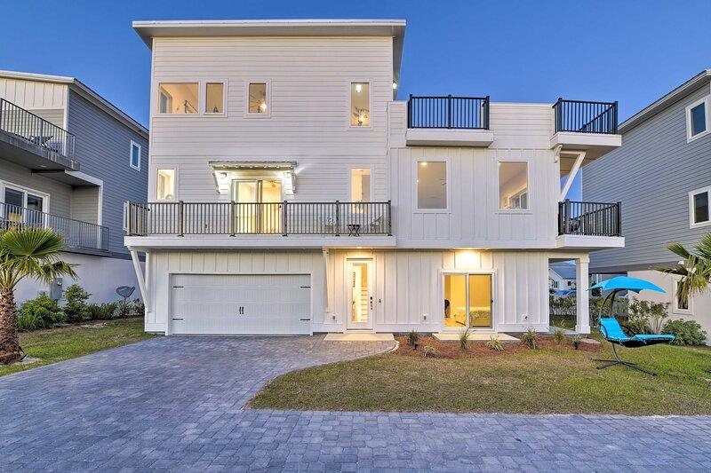NEW! Coastal Home w/ Rooftop Terrace & Sunset View, alquiler de vacaciones en Ebro