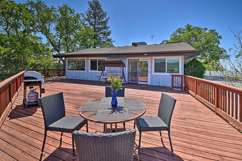 NEW! Stunning 'Treetop Villa' - 1 Mi to Mariposa!, holiday rental in Catheys Valley