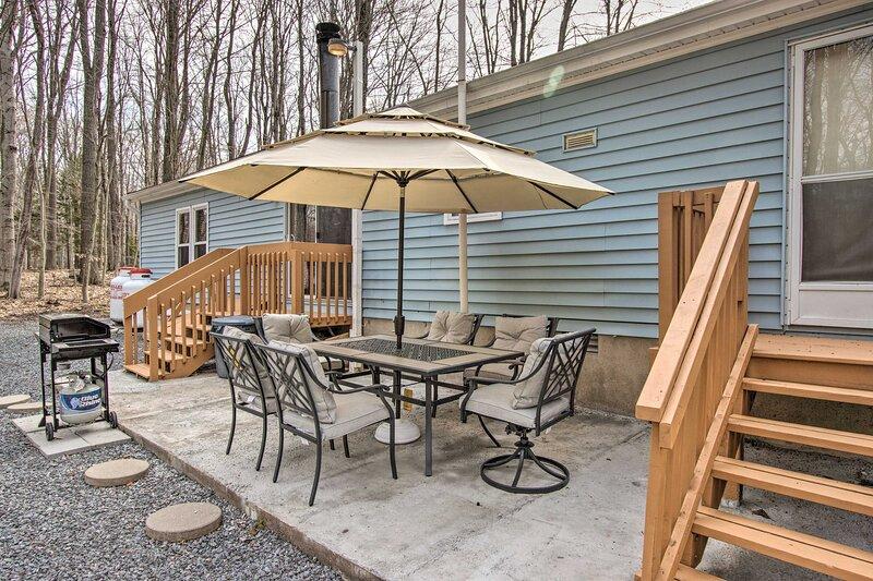 NEW! Pocono Family Home w/ Lake Access & Fire Pit!, alquiler de vacaciones en Lago Pocono