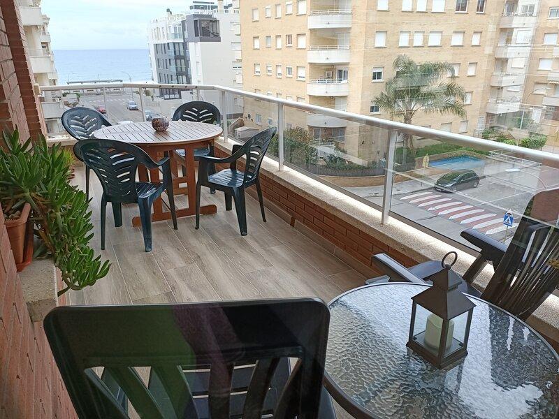Apartamento Luminoso con piscina y vistas al mar, holiday rental in Calafell