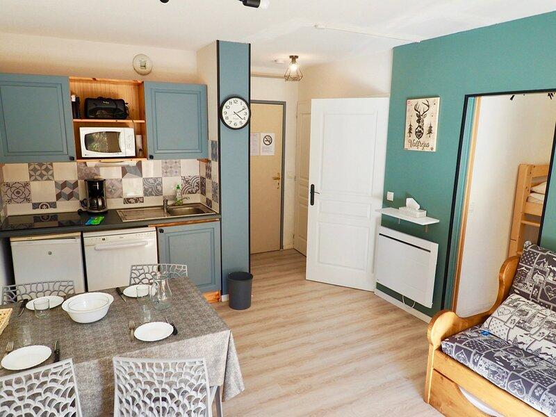 Beau studio  rénové pied de pîstes et départ télécabine, holiday rental in Valfrejus